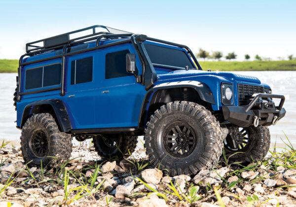 Land rover rc Traxxas TRX4 azul en acción